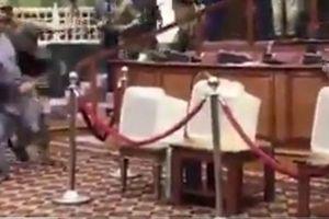 Nghị sĩ Afghanistan cầm dao rượt đuổi dọa đâm đối thủ ngay giữa quốc hội