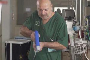 Cận cảnh cây súng phun da nhân tạo chữa bỏng không gây đau đớn