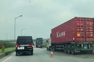 Xe container mất lái đâm và giải phân cách trên cao tốc Hà Nội - Thái Nguyên