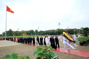 Lãnh đạo Đảng, Nhà nước cùng các ĐBQH viếng lăng Chủ tịch Hồ Chí Minh