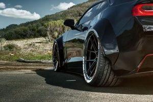 Chevrolet Camaro SS 'lết đất' với bodykit thân rộng hầm hố