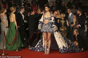 Thiên thần nội y Taylor Hill gợi cảm trên thảm đỏ LHP Cannes