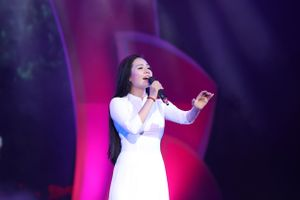 Lương Nguyệt Anh diện áo dài trắng hát mừng sinh nhật Bác