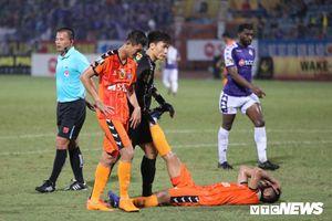 Bùi Tiến Dũng thở phào khi thoát bàn thua, động viên Hà Đức Chinh nén đau thi đấu