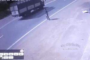 Camera an ninh ghi được cảnh người đàn ông cố tình lao đầu vào xe khách tự tử