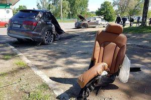 SUV hạng sang Audi Q7 vỡ đôi sau khi đâm vào cột điện