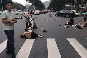 Xe ô tô cố tình vượt đèn đỏ đâm trọng thương 13 người