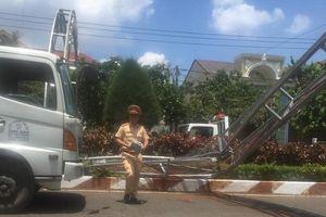 Xe tải tông đổ cổng chào ở Đồng Nai