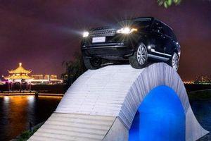 Clip: Choáng với cảnh Range Rover chạy trên cây cầu làm bằng giấy