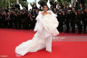 Ăn mặc sến sẩm và kém nổi bật, Hoa hậu thế giới Aishwarya Rai bất ngờ bị dàn sao nữ xinh như mộng 'chặt đẹp' tại thảm đỏ Cannes ngày 7