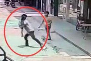 Clip: Bắt cóc bé trai 3 tuổi giữa ban ngày, gã đàn ông bị dân đánh bầm dập