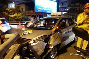 Tài xế taxi ngủ gật húc vỡ thành cầu ở Hà Nội