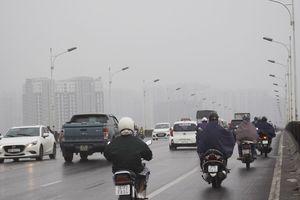 Chùm ảnh: Hà Nội chớm lạnh, buổi sáng người dân mặc áo khoác, đội mưa đi làm