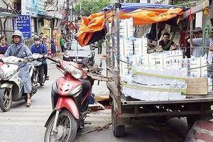 Bị xe tự chế chở giấy đè, người đàn ông đi xe máy tử vong
