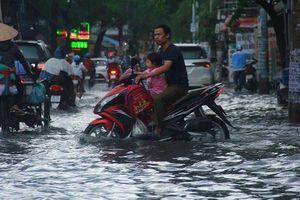 Cơn mưa đúng giờ tan tầm làm khổ người đi đường