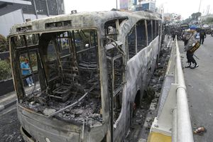 Xe cháy trơ khung trên đường phố Indonesia vì bạo loạn hậu bầu cử