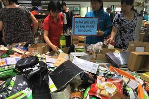 Auchan đóng cửa: Hàng giảm giá chất đống như bãi chiến trường