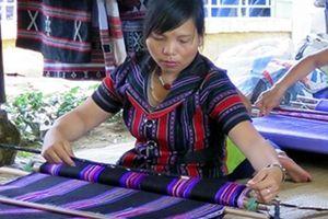 Phát triển bền vững nghề dệt Zèng A Lưới gắn với thu hút khách du lịch