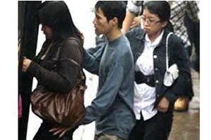 Công an cảnh báo tình trạng trộm cắp liều lĩnh tại điểm xe buýt Hà Nội