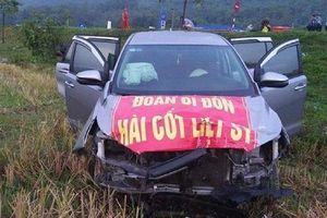 Thoát chết trong gang tấc vì xe chở hài cốt liệt sĩ bay xuống ruộng