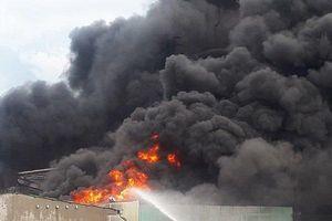 Bình Dương: Khói lửa bốc ngùn ngụt tại nhà máy băng keo, 200 công nhân hốt hoảng tháo chạy