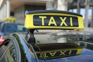 Cặp vợ chồng tá hóa khi phát hiện quên con mới sinh trên xe taxi