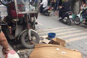 Xe ba gác lật nghiêng đè chết người đi xe máy ở Hà Nội