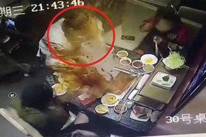 Clip: Nồi lẩu 'phát nổ', nước lẩu sôi sục văng tung tóe vào mặt nữ nhân viên