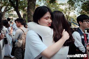 Học sinh Phan Đình Phùng, Hà Nội khóc nức nở, ôm siết chặt ngày chia tay
