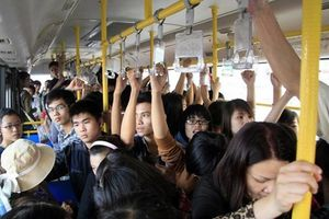 Người phụ nữ tấn công khách nam vì sờ ngực trên xe buýt?