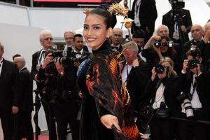Trương Thị May diện áo dài đến LHP Cannes 2019 cùng đoàn phim Ấn Độ
