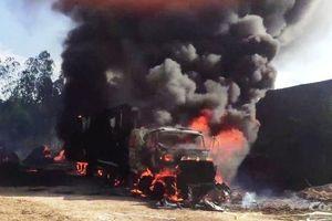 Xe container đột nhiên bốc cháy ngùn ngụt dù đang đỗ khiến nhiều người hoảng hốt