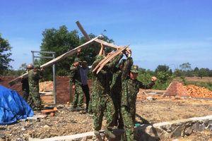 Giúp dân khắc phục hậu quả mưa lốc