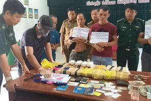 Bắt 3 đối tượng người Lào vận chuyển 100.000 viên ma túy ở biên giới