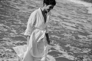 H'Hen Niê thăng hoa cảm xúc đón nắng biển, khoe nụ cười tươi tắn