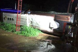 Lật xe khách trong đêm, 19 người thương vong