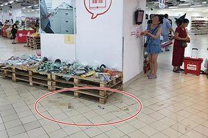 Hình ảnh gây tranh cãi nhất ngày: Phụ huynh vô tư cho con đi đại tiện trong siêu thị hiện đại ở Hà Nội