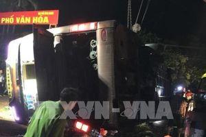 Lật xe khách, 19 người thương vong