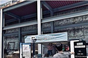 'Thần chết' Lee Dong Wook gửi xe cà phê kèm lời nhắn ngọt ngào đến 'Yêu tinh' Gong Yoo