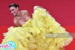 Hot hơn cả Ngọc Trinh, mẫu nữ tuột váy để lộ vòng một ngồn ngộn trên thảm đỏ Cannes 2019
