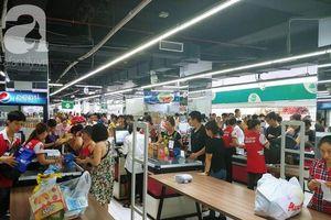 Chùm ảnh: Siêu thị Auchan vỡ trận, các gia đình đội nắng chưa kịp mua hàng đã bị mời ra ngoài