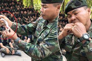 Clip: Tướng quân đội lột da, ăn sống tắc kè, thị phạm cho tân binh