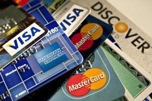 Thẻ ngân hàng được phân loại theo tính chất tài khoản
