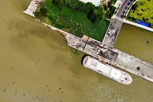 Cận cảnh cầu tàu Ba Son sập xuống sông Sài Gòn