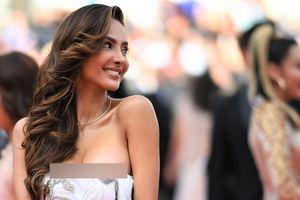 Những lần tuột váy lộ ngực khiến các người đẹp muối mặt ở Cannes