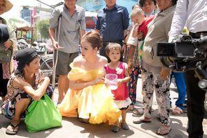 Hoa hậu Bùi Thị Hà: 'Làm từ thiện để giúp người'