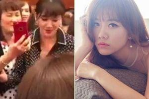 Bên ngoài show Trấn Thành, Hari Won bảo khán giả mua đĩa mới được chụp hình?
