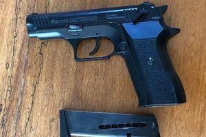 Bị đánh vì chê tiền boa ít, tiếp viên gọi người mang súng bắn khách hát