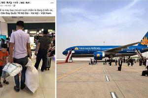 Không có vali, 2 bố con dùng bao tải đựng hành lý khi đi máy bay gây tranh cãi