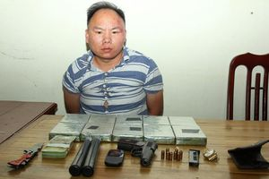 Bắt quả tang nghi phạm mang súng quân dụng cùng nhiều vũ khí vận chuyển heroin